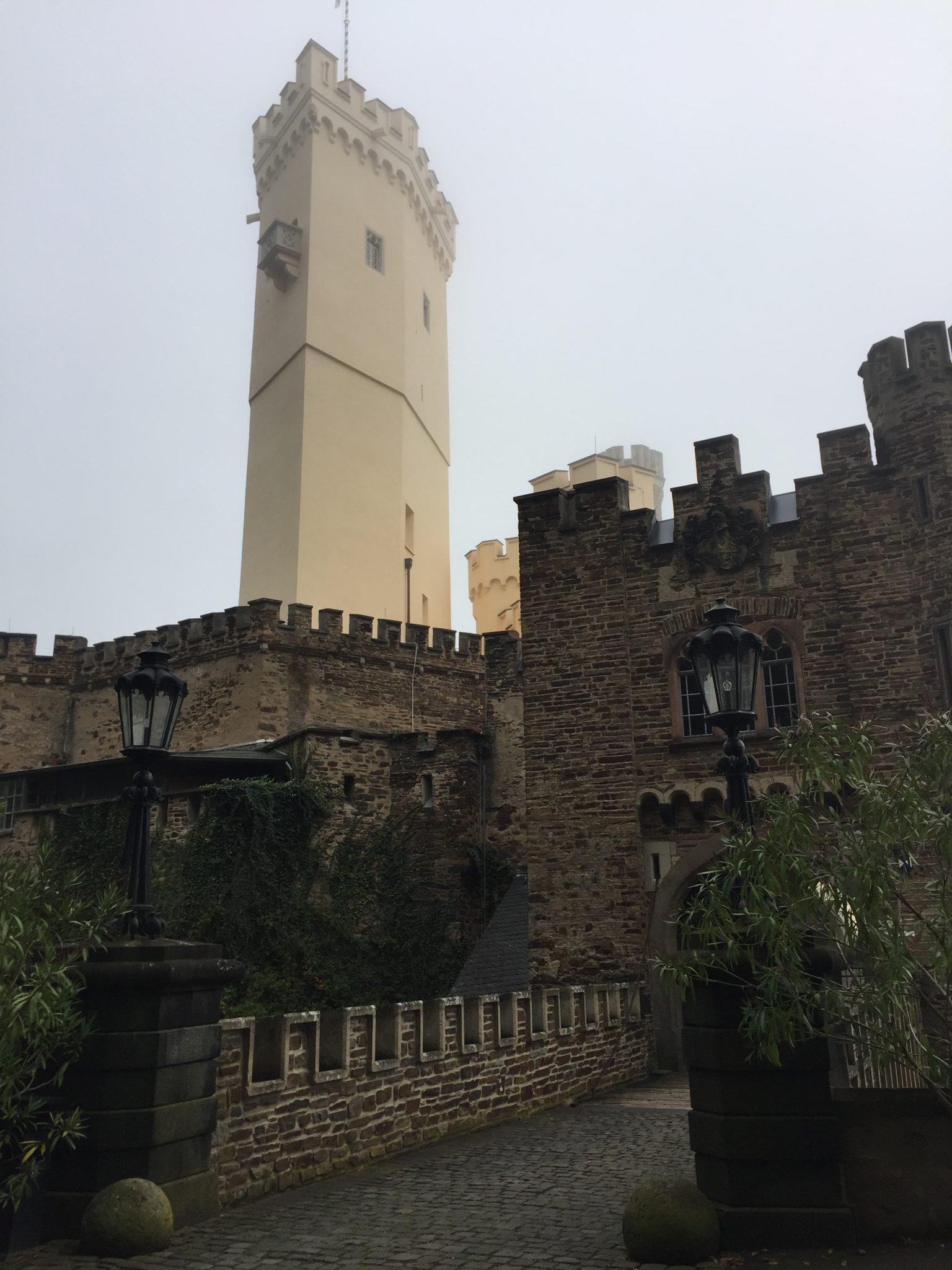 Blick auf Schloss Stolzenfels, Mosel-Camino Etappe 1 nach Alken
