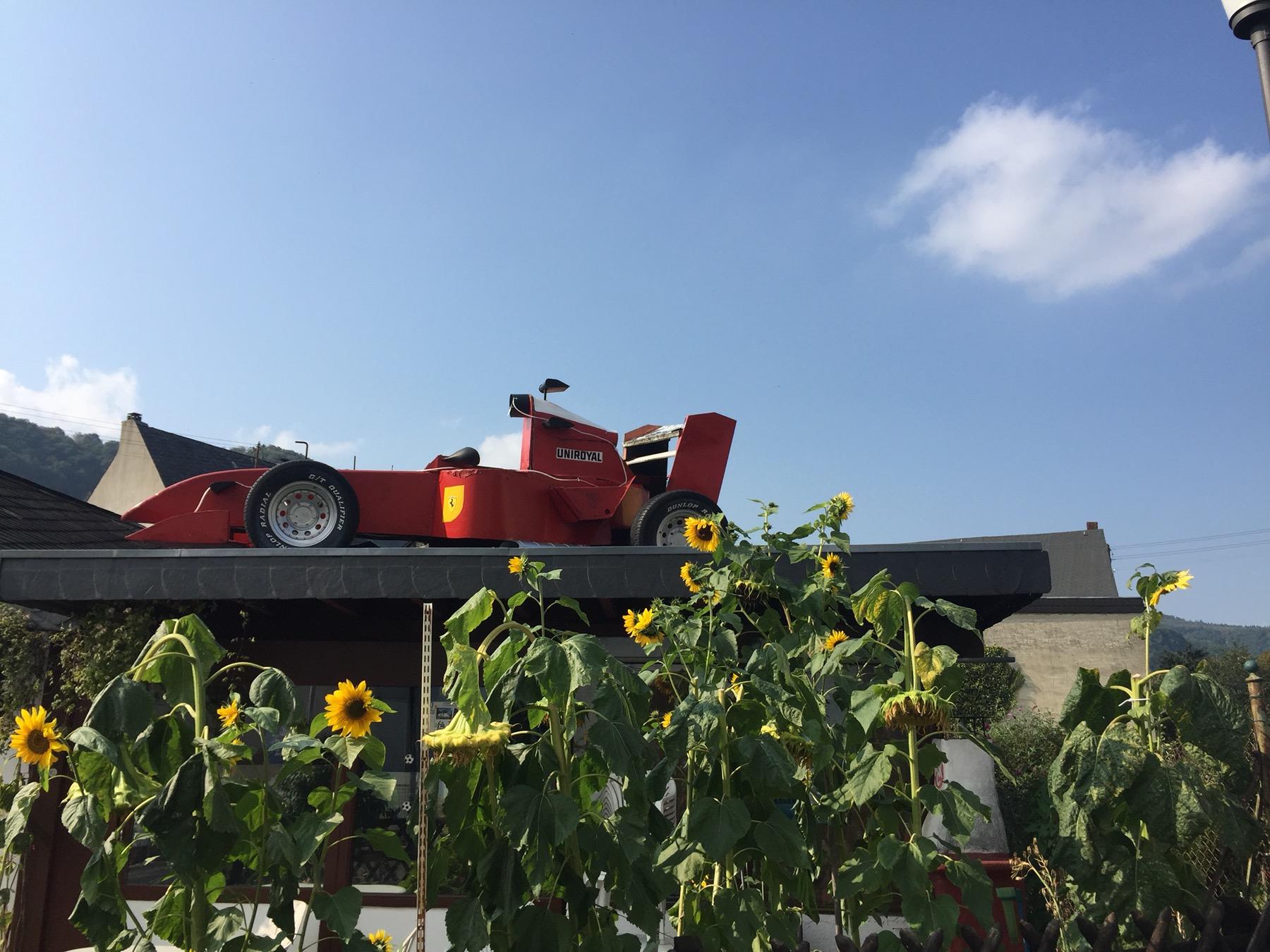 Ferrari auf dem Dach in Enkirch