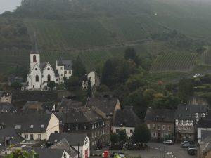 Mosel-Camino: Rückblick auf Kirche und Lateinschule von Traben-Trarbach