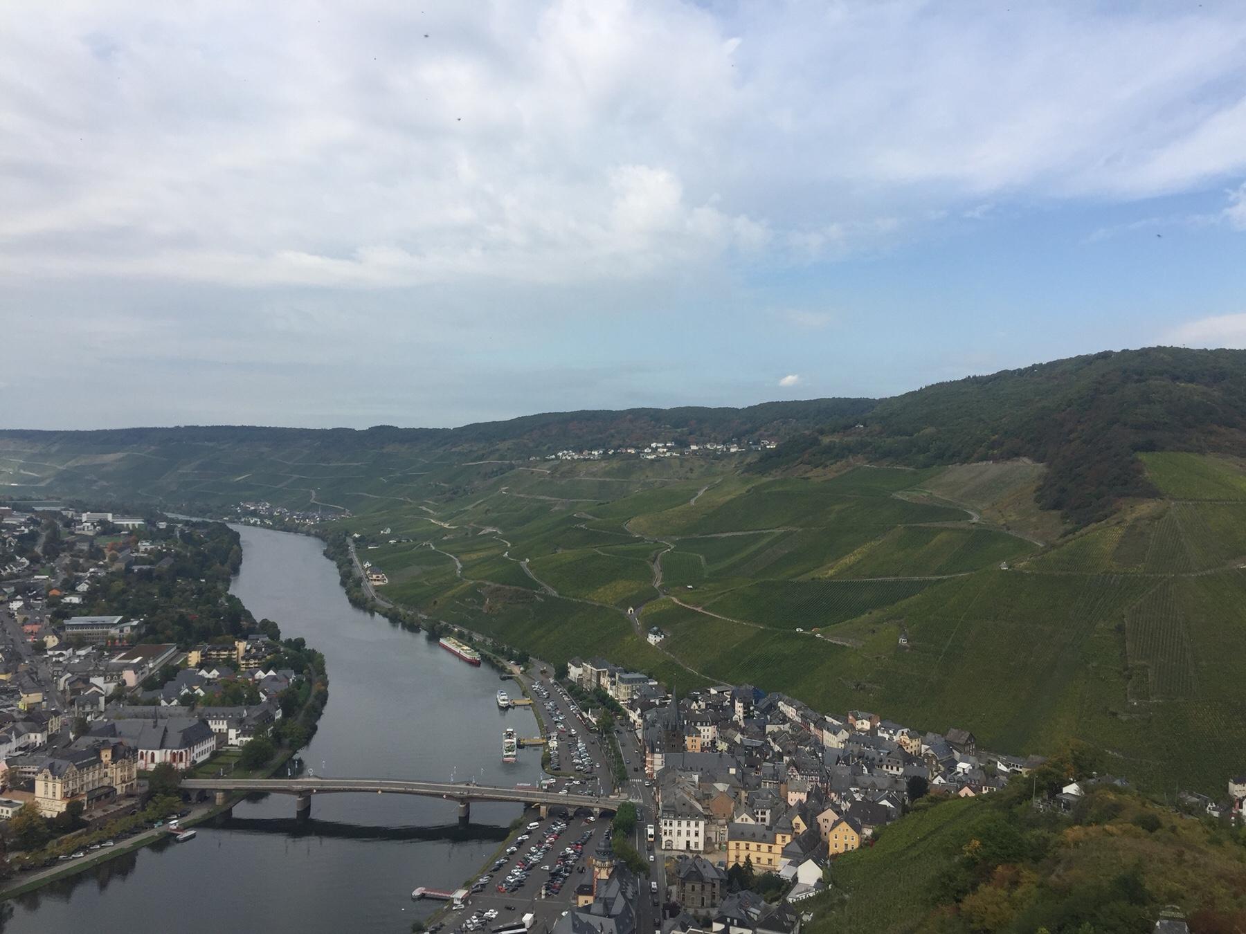 Blick von der Burg auf Bernkastell.