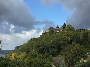 Rückblick auf Burg zur Leyen Rheinsteig