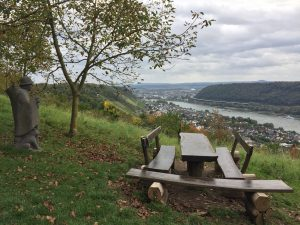 Wanderer aus Stein bei Oberhammerstein am Rheinsteig