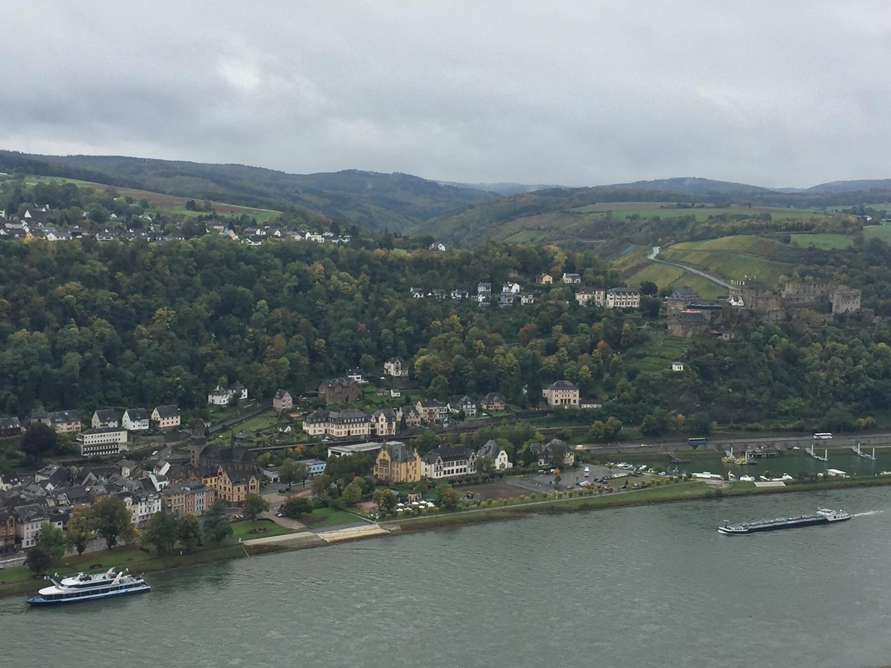 Blick bis zum Veranstaltungsgelände rund um die Loreley, Rheinsteig