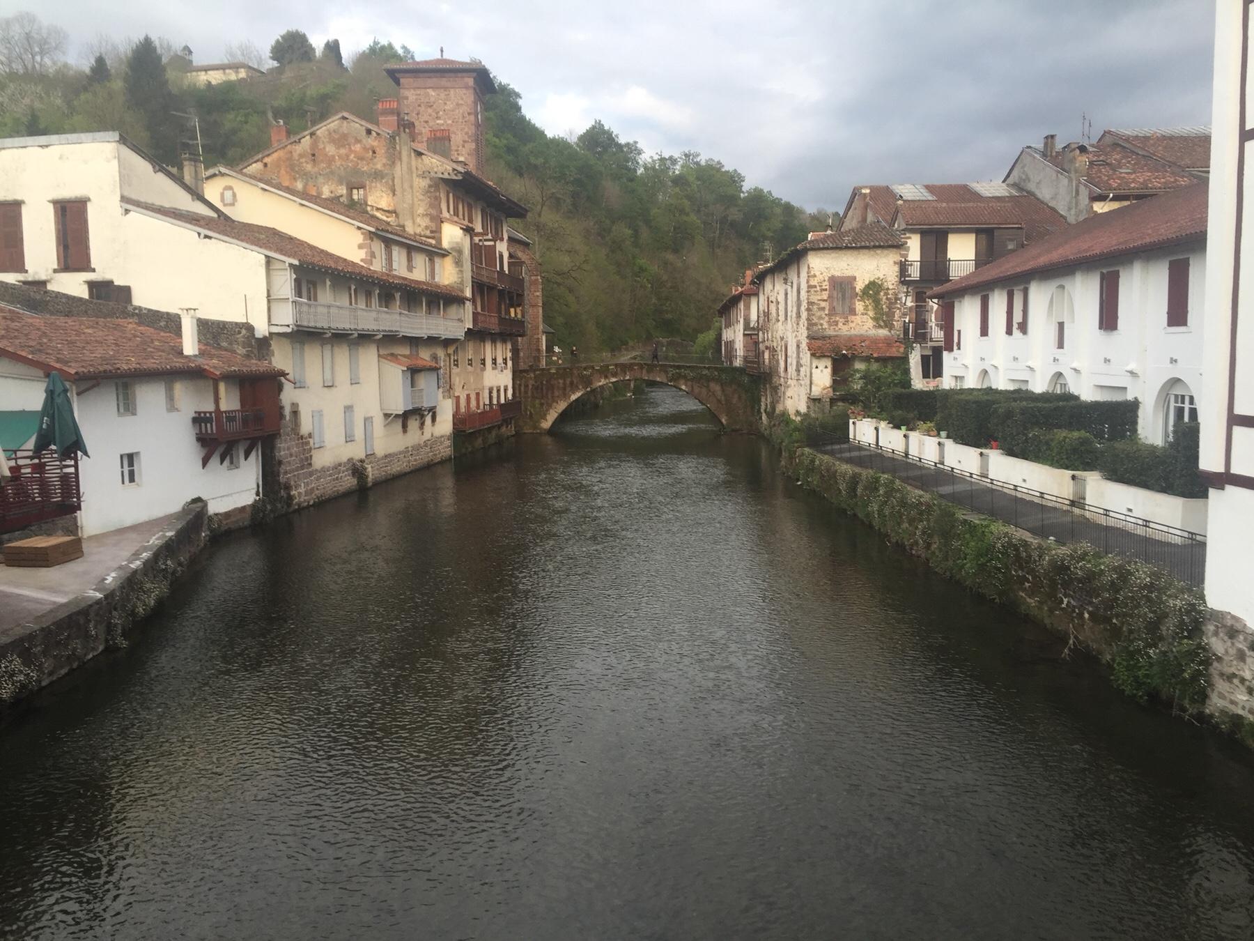 Typisches Pilgermotiv in Saint-Jean-Pied-de-Port. Über diese Brücke führt morgen der Camino