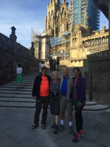 Gruppenbild vor dem Endpunkt des Caminos
