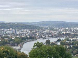 Blick auf das Deutsche Eck in Koblenz direkt vom Rheinsteig