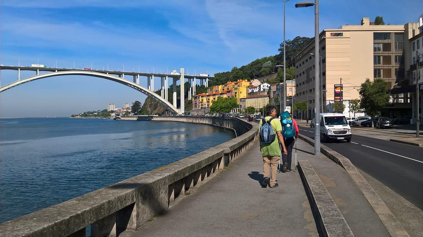 Eine der vielen Brücken über den Douro in Porto auf dem Caminho Portugues