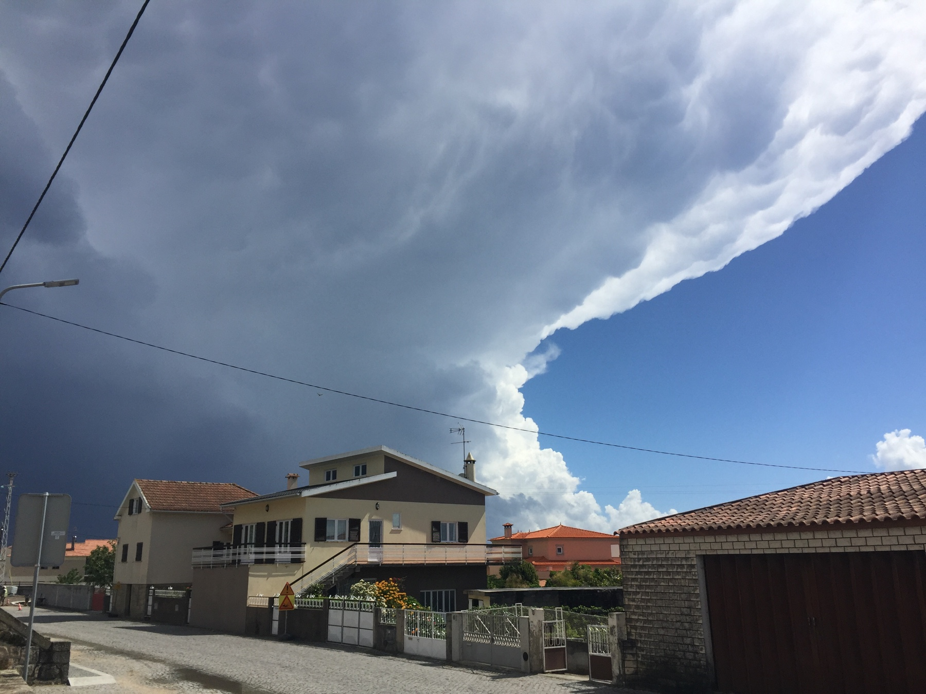 Der Himmel reißt über Marinhas auf. Caminho Portugues
