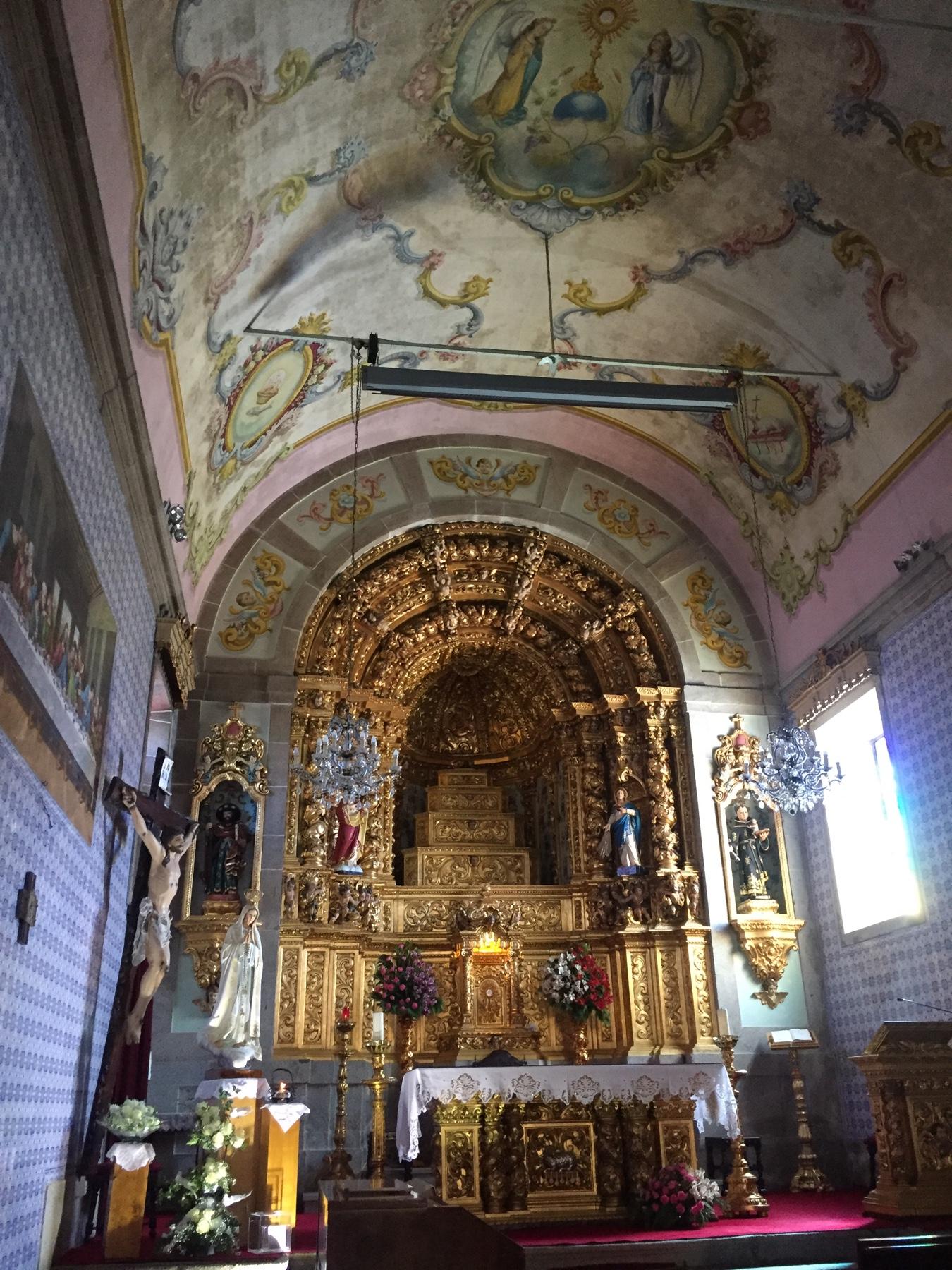 Üppig dekorierte Kirche in Anha auf dem Weg nach Viana do Castelo