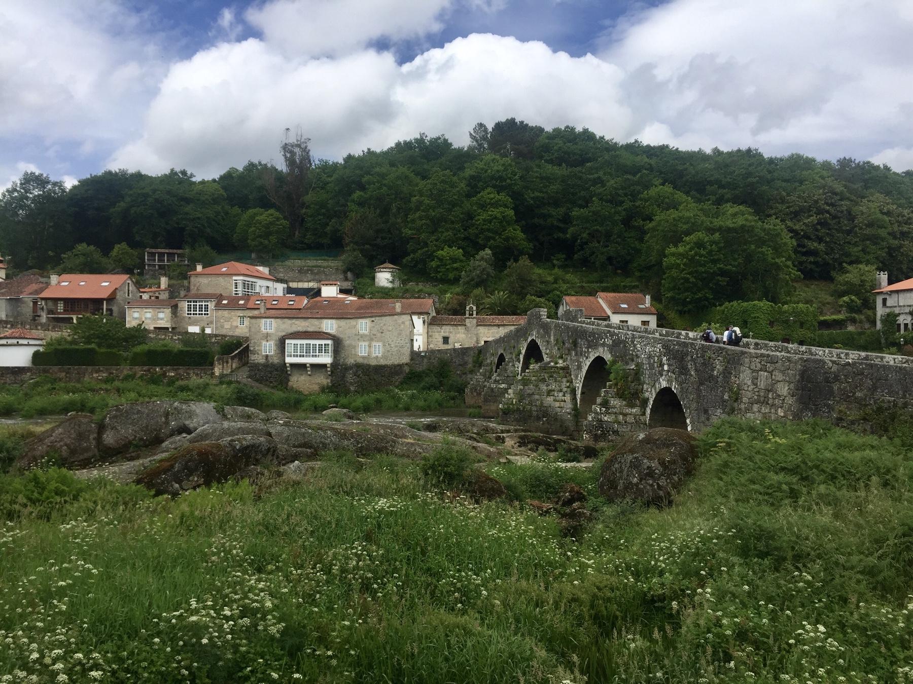 Alte Römerbrücke in Ponte Maceira auf dem Weg nach Finisterre