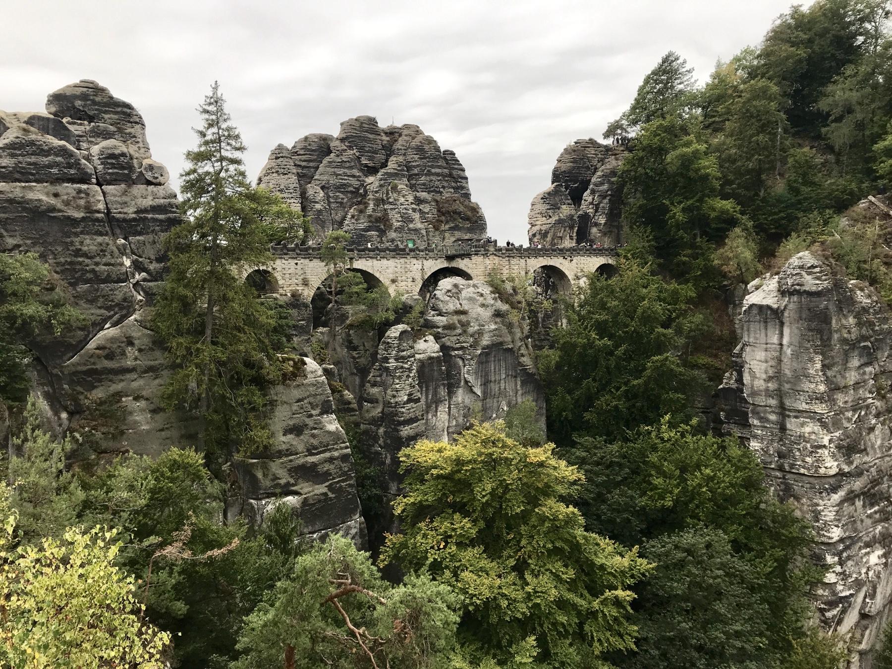 Blick auf die Bastei-Brücke auf dem Malerweg