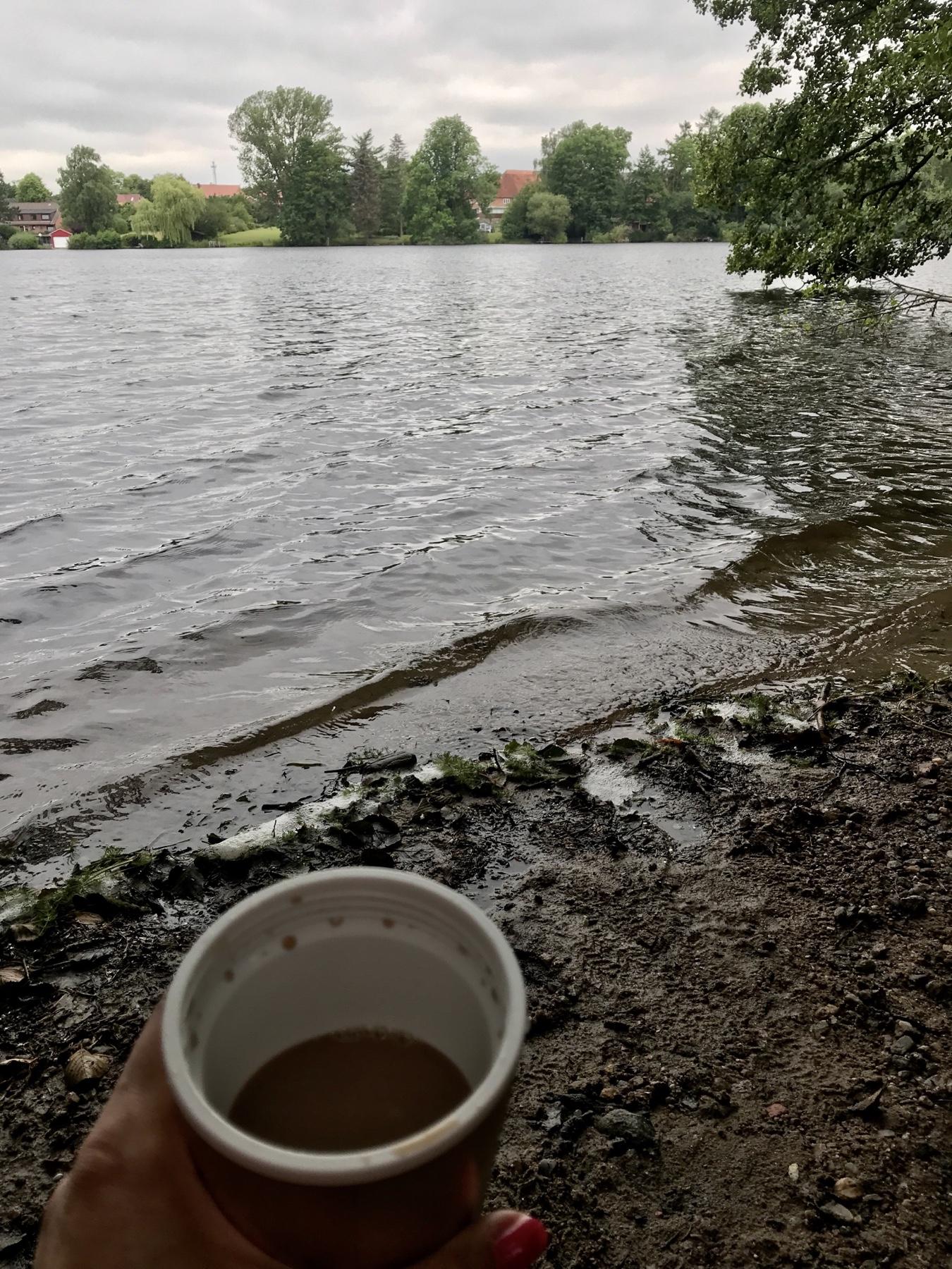 Kaffee to go mit Blick auf den Großensee, Stormarnwegn Etappe 2 Großensee Ahrensburg