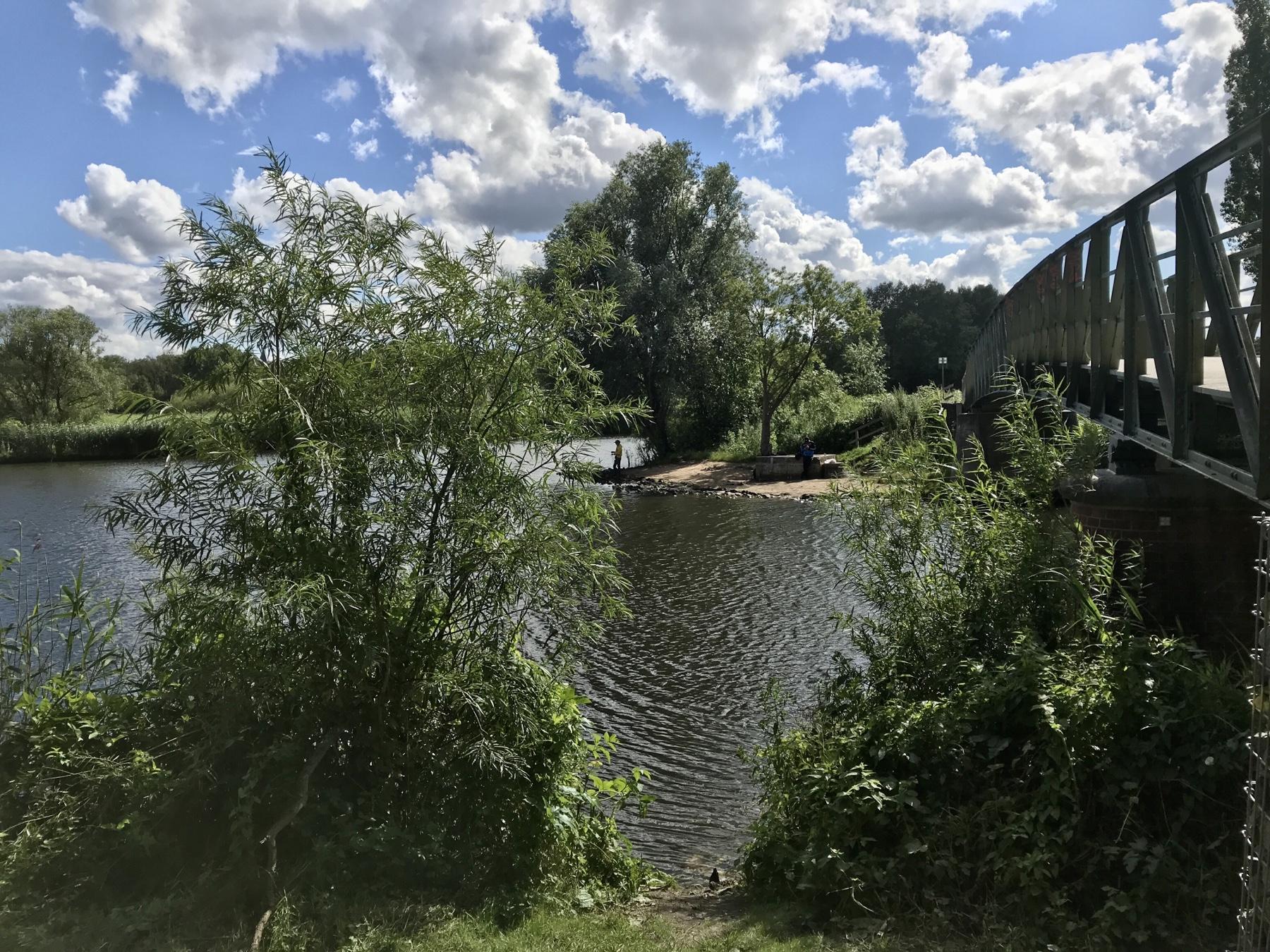 Trave und Elbe-Lübeck-Kanal fließen ineinander. Stormarnweg Etappe 6