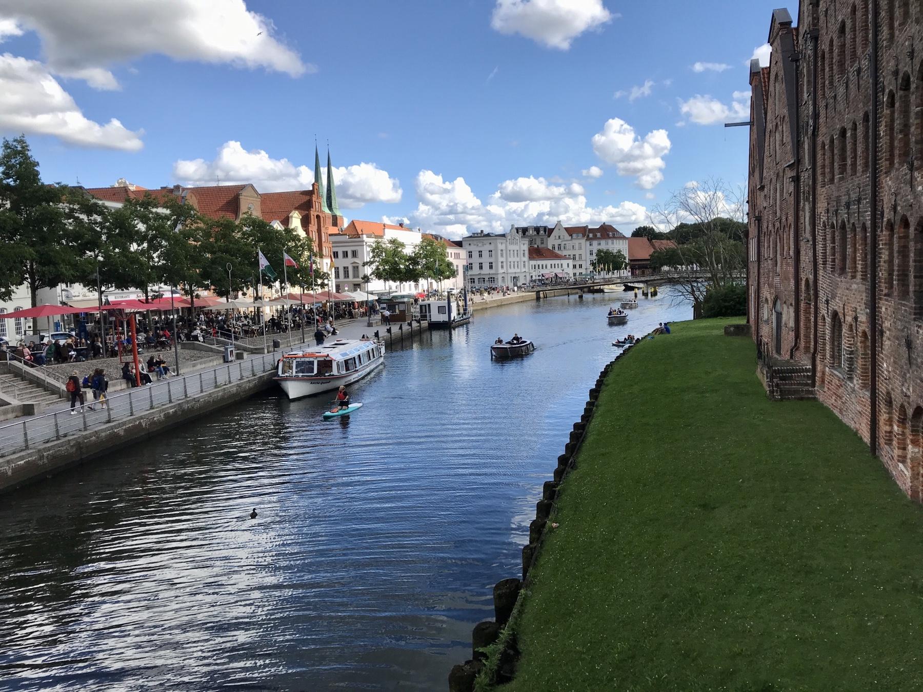 Lübeck Blick auf die Trave und die Salzspeicher von der Hostenbrücke