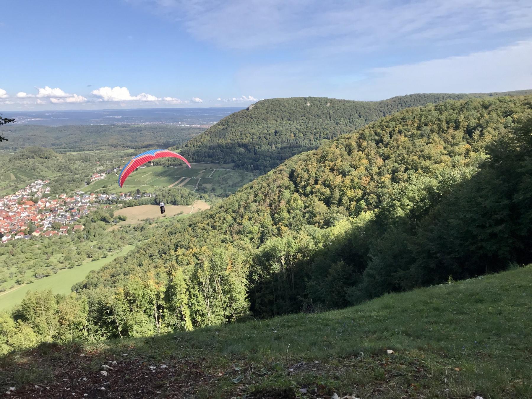 Drachenflieger startet am Albsteig in Richtung Beuren