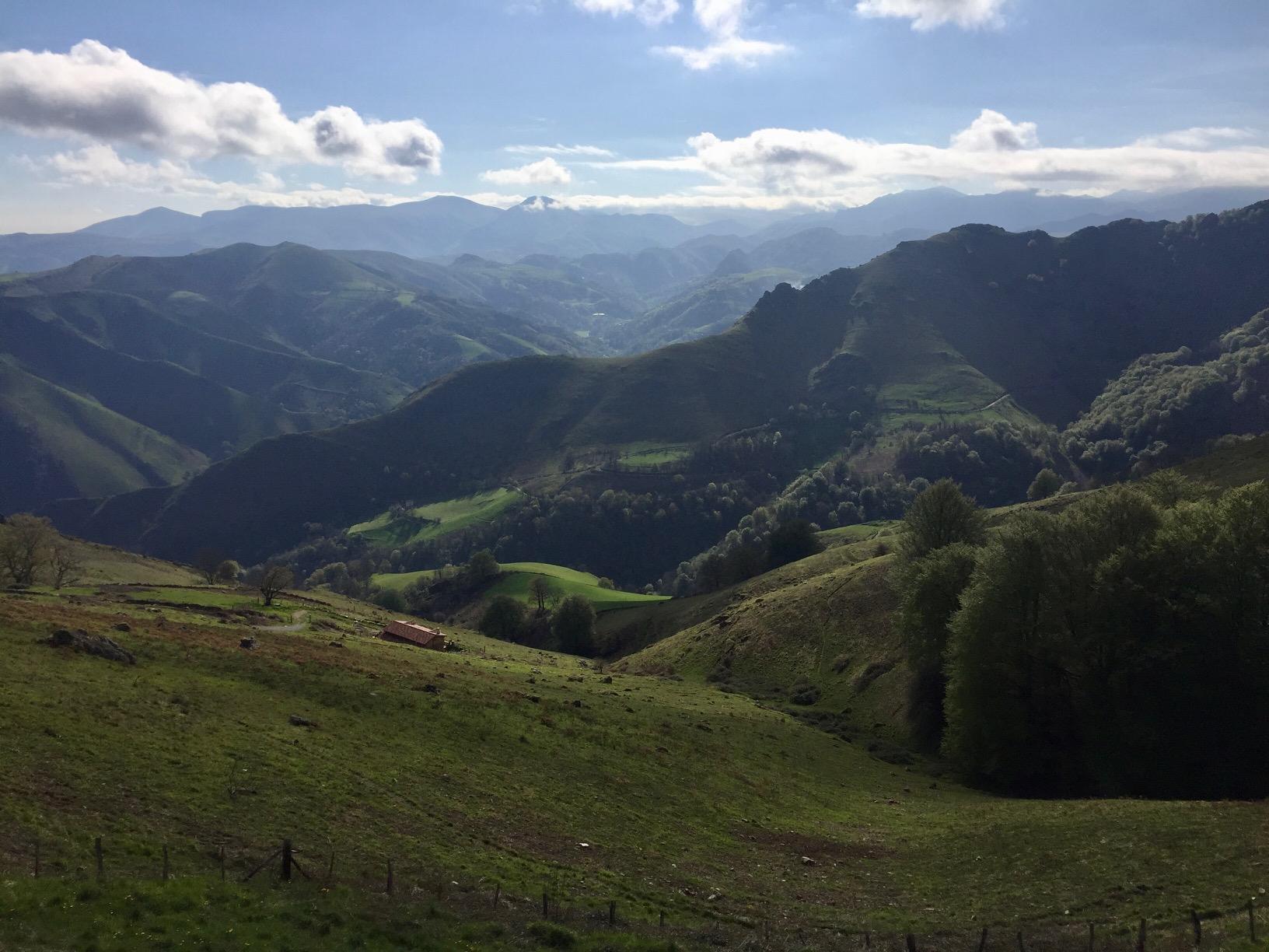 Die Freiheit der Gipfel: Blick von Orisson auf die Pyrenäen