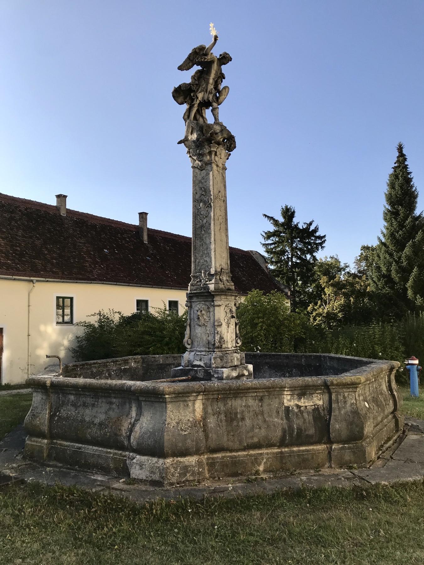 Engelsstatue vor dem Kloster Mönchsdeggingen