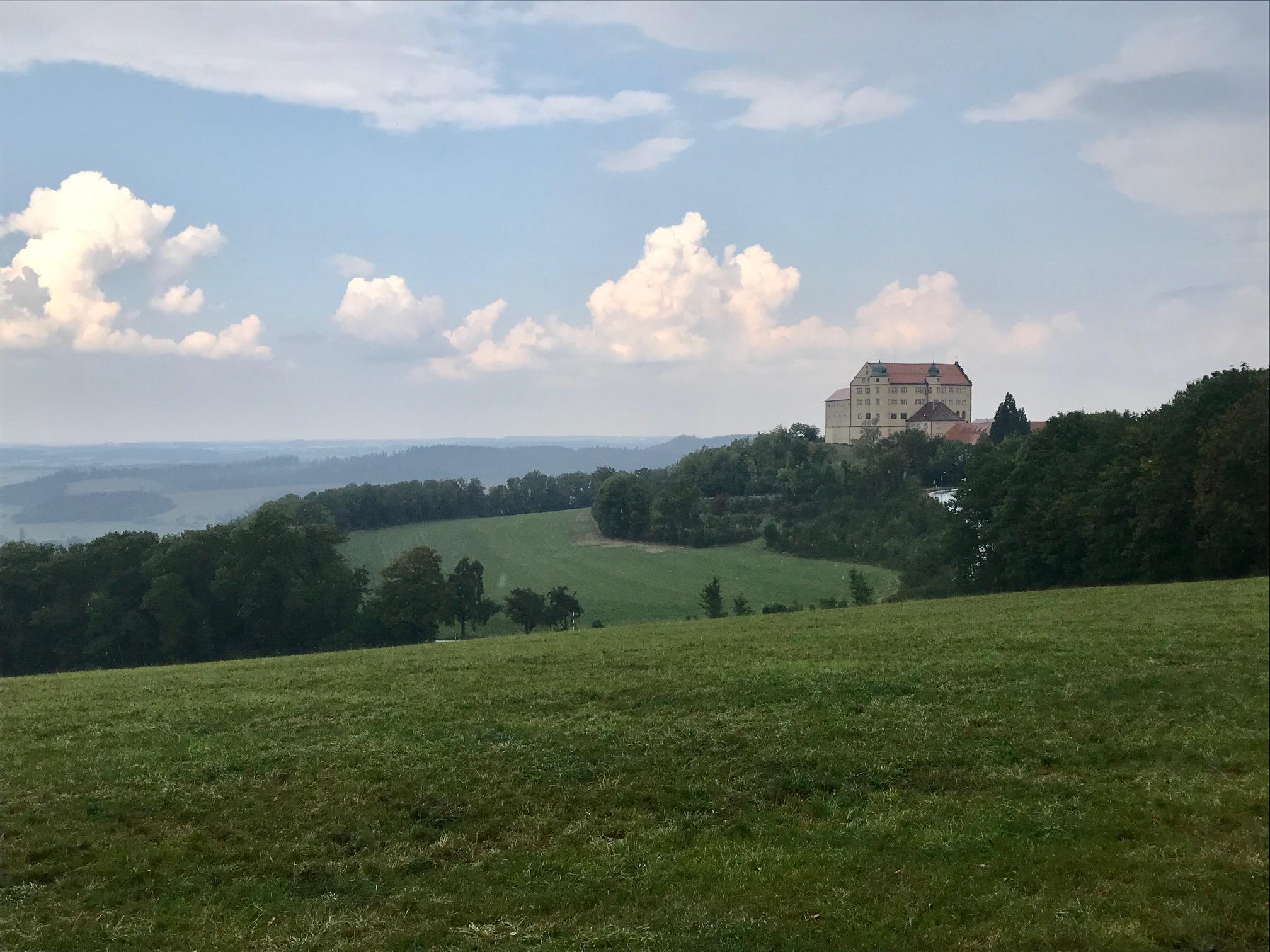 Blick auf die Kapfenburg. Albsteig HW1, Etappe 3 von Bopfingen nach Unterkochen / Aalen